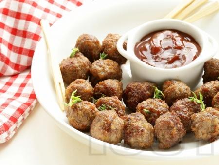 Печени малки телешки кюфтенца с доматен сос в тава на фурна - снимка на рецептата